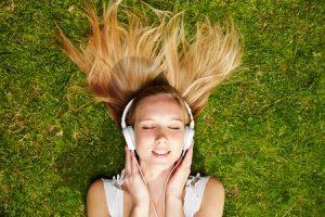 音楽を流しながら集中する女性