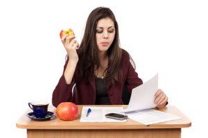 飲み食いしながら仕事をする女性