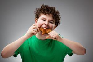 肉を食べる男の子