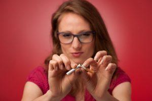 たばこをやめる女性