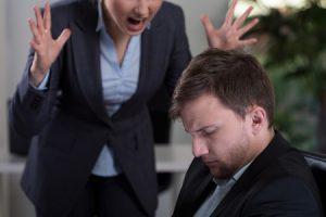 うるさい上司に叱られる男性