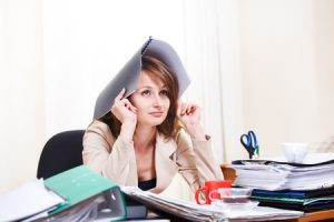 仕事の量が多すぎて困ってる女性