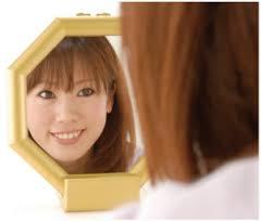 鏡の前で笑顔